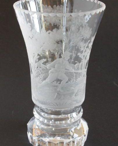 BOHÊME Gobelet à piédouche en cristal taillé à flûtes et gravé d'un chasseur poi…