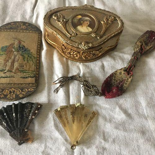 Ensemble comprenant notamment un coffret à bijoux orné d'un profil de femme, 2 é…