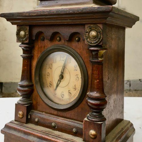 Horloge miniature en bois formant boîte à musique Fin XIXème / Début XXème siècl…