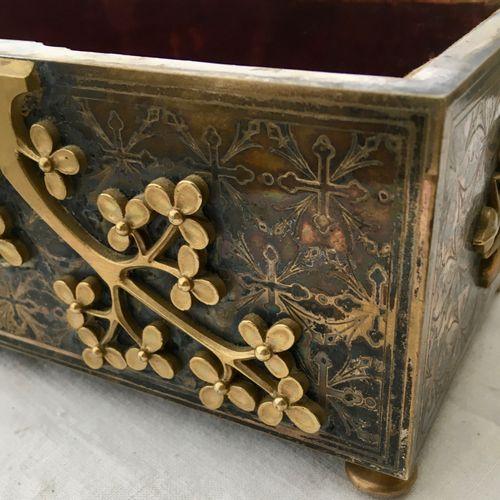 Coffret en bronze doré et gravé à décor en applique de feuillages stylisés, le c…