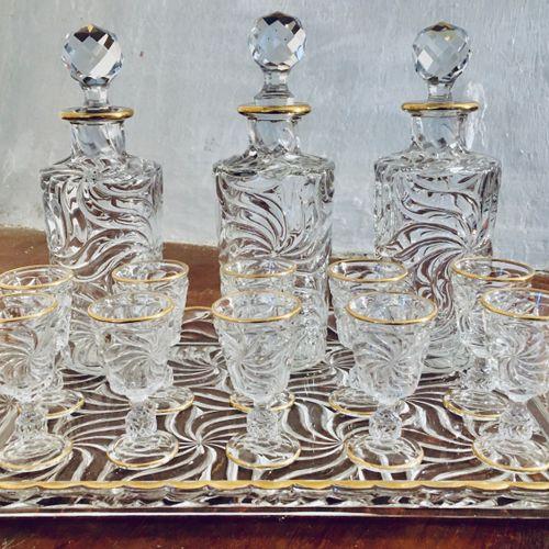 BACCARAT : Service à liqueur en cristal comprenant un plateau, 10 verres et 3 fl…