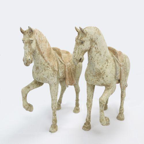 Paire de chevaux scellés à patte avant levée, la crinière existante juste d'un c…