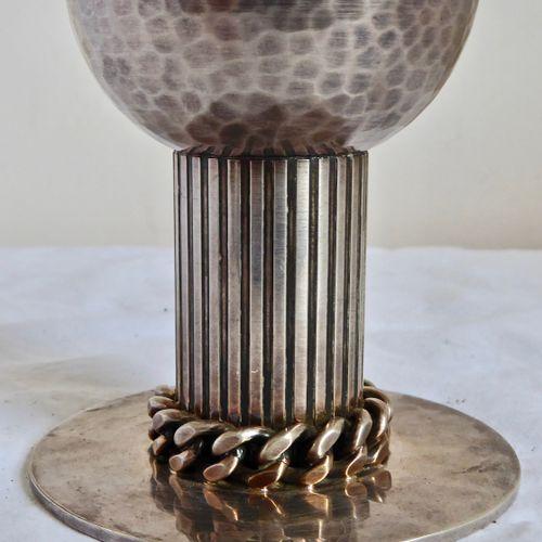 DESPRES, Bougeoir en métal argenté, le fût orné d'une guirlande XXème siècle Hau…