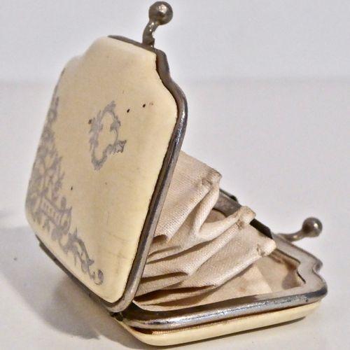 Carnet de bal en ivoire simulant un livre, le plat orné d'une gerbe de blé. On y…