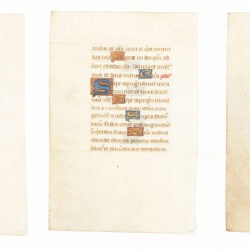 [MINIATUURBLADEN] 3 bladen handschrift met rijk versierde letters (39) met goud …