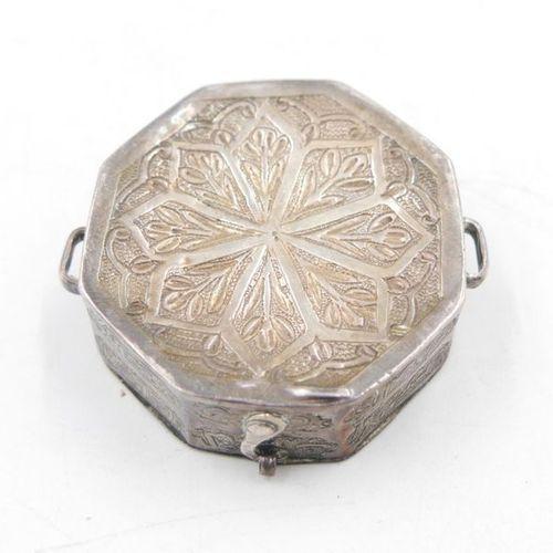 IRAN XIXe siècle Boîte talismanique octogonale en argent 925/1000e à décor incis…