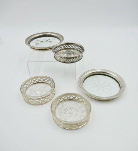 ASPREY LONDRES Lot comprenant deux dessous de verre en verre gravé et monture en…