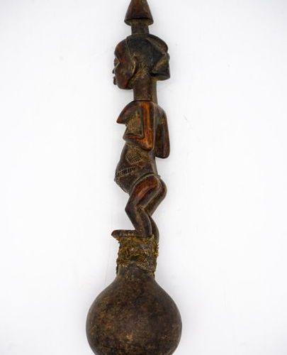 Pipe à eau Luba RDC Bois, pigments, perles, tissu H. : 28 cm. Le fourneau sphéri…
