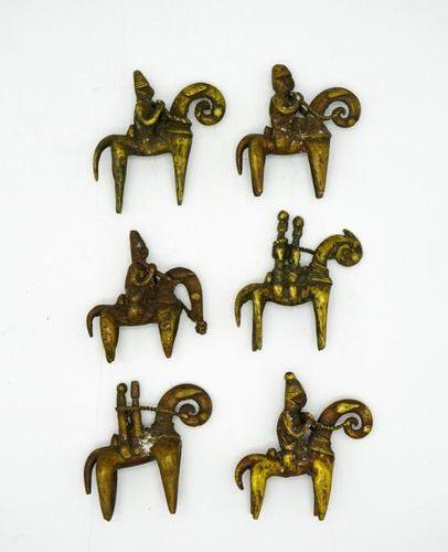 Lot de six cavaliers Sao Kotoko Tchad Laiton Mesures diverses, de H. : 8 cm. À H…
