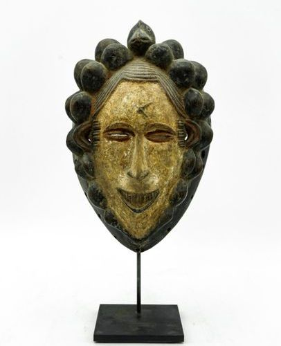 Igbo mask Nigeria Wood, kaolin, pigments, fibres H.: 44 cm. Mask with idealized …