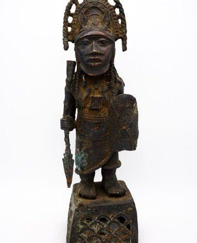 Oba en tenue de guerre Edo Bini Royaume du Bénin (Nigeria) Laiton H. : 54,5 cm. …