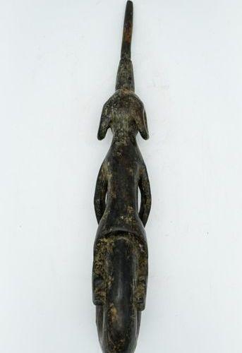 Pipe Mumuye Nigeria Wood H.: 44 cm. Anthropomorphic pipe presenting a characteri…