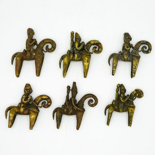 Lot de six cavaliers Sao Kotoko Tchad Laiton Mesures diverses, de H. : 8,5 cm. À…