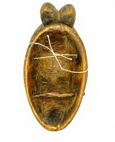 Kpwan mask of the Baoulé goli Ivory Coast Wood, pigments H.: 34 cm. Anthropomorp…