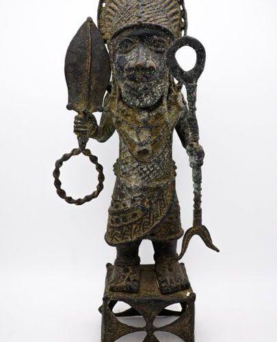 Oba en tenue de guerre Edo Bini Royaume du Bénin (Nigeria) Laiton H. : 58,5 cm S…