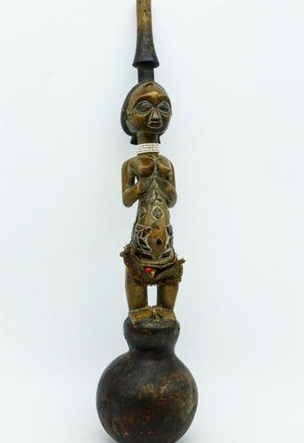 Elément de pipe à eau transformé en instrument de musique Luba RDC Bois, pigment…