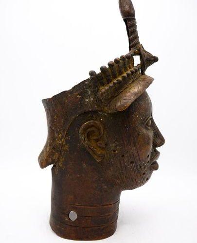 Tête Ife Nigéria Bronze H. : 50 cm. Tête aux traits fins et réalistes, dont le v…