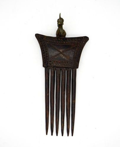 Set of two Abron combs (Akan subgroup) Ghana / Ivory Coast Wood, brass H.: 23.5 …