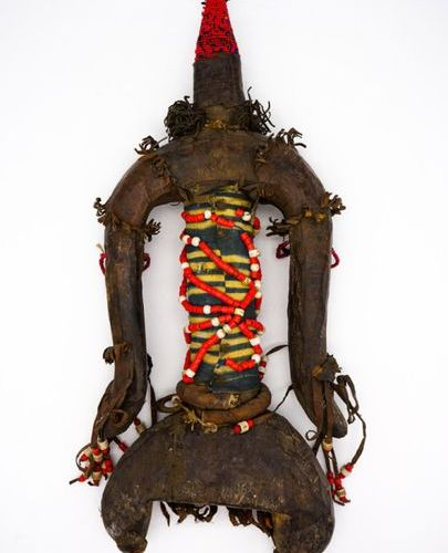 Namji fertility doll Cameroon Wood, beads, fabric, leather H.: 58.5 cm. Stylized…