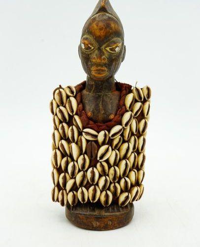 Twin Ibedji Yoruba Nigeria Wood, fabric, cowries H.: 24 cm. Female anthropomorph…