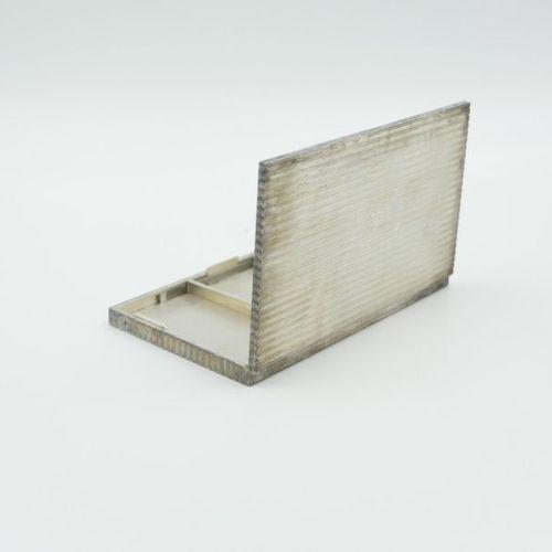 VERS 1920 1930 Poudrier en argent 950/1000e à décor de stries Il présente trois …