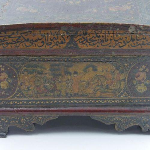 QADJAR Coffret de mariée en bois laqué à décor de scènes historiées dans des rés…