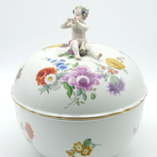 SAXON XIXth CENTURY  Vegetable dish covered in white porcelain with polychrome d…