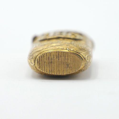 VERS 1900  Pyrogène en or 750/1000e à décor gravé d'entrelacs feuillagés, animé …