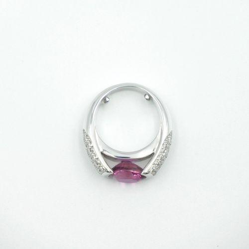 TRAVAIL FRANÇAIS  Bague jonc en or gris 750/1000e ornée d'un saphir rose ovale f…