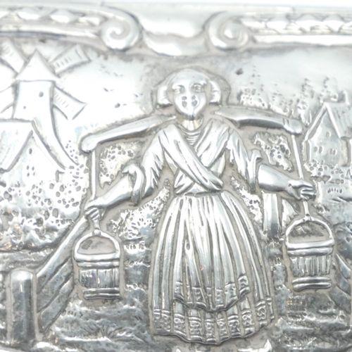 PAYS BAS XVIIIe SIÈCLE  Tabatière en argent 800/1000e à bord chantourné, à décor…