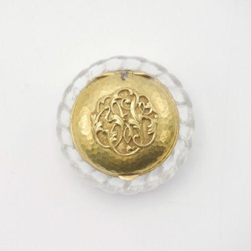 FRANCE VERS 1900  Pilulier en verre à couvercle en or martelé monogrammé  Poids …