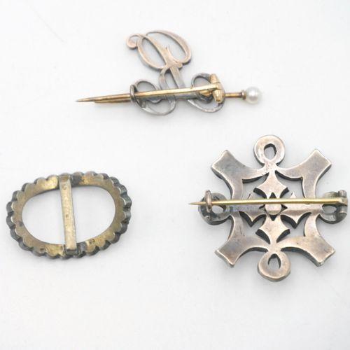 DÉBUT DU XXe SIÈCLE  Lot comprenant :   Broche en forme d'entrelacs de rubans en…