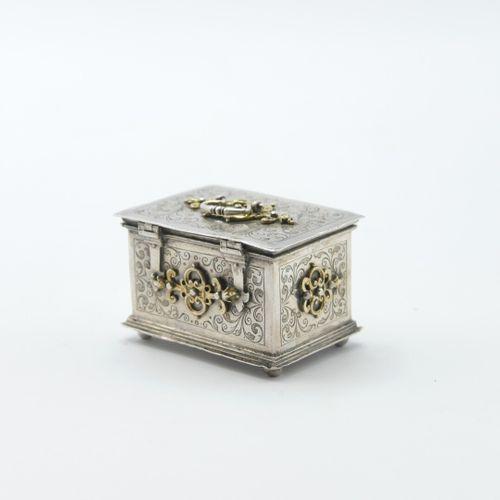 NUREMBERG XVIIIe SIÈCLE  Coffre miniature en argent 800/1000e à décor gravé d'en…