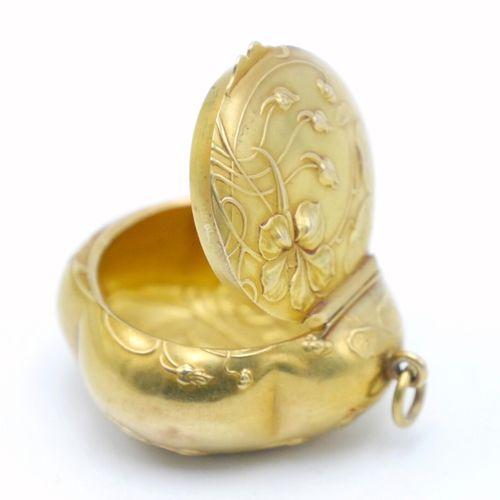 ART NOUVEAU  Petite boîte formant un pendentif en or 750/1000e de forme polylobé…