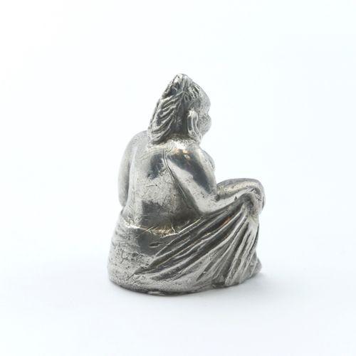 ASIE  Personnage assis  Sujet en argent 800/1000e  Poids : 222 g.  H. : 5,5 cm. …