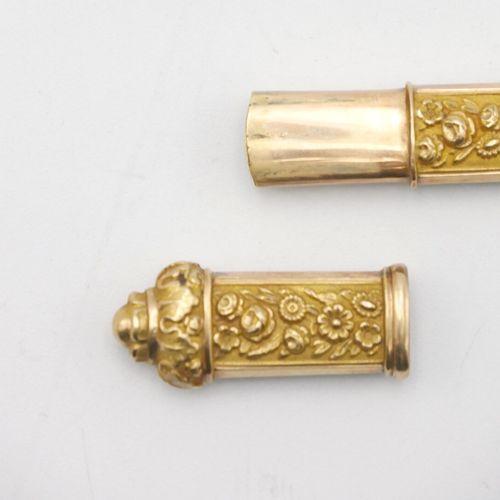 FRANCE XIXe SIÈCLE  Étui à aiguilles en or 750/1000e, à décor floral au repoussé…