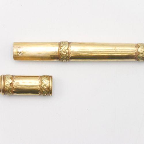 XVIIIe SIÈCLE  Étui à cire en or 750/1000e à décor ciselé de frises et d'entrela…