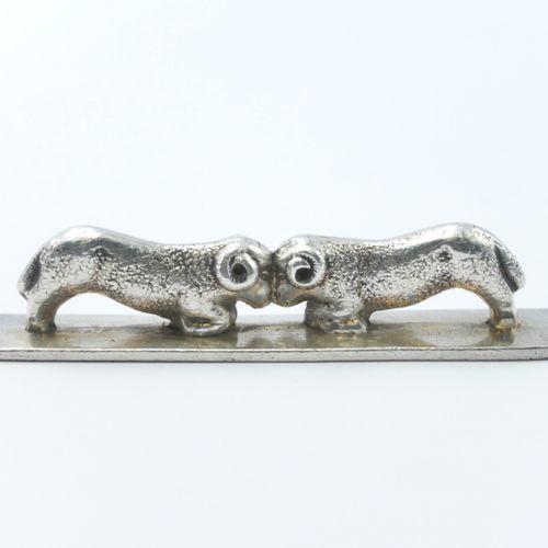XXe SIÈCLE  Lot de six porte couteaux en métal à sujet de couple d'animaux s'aff…