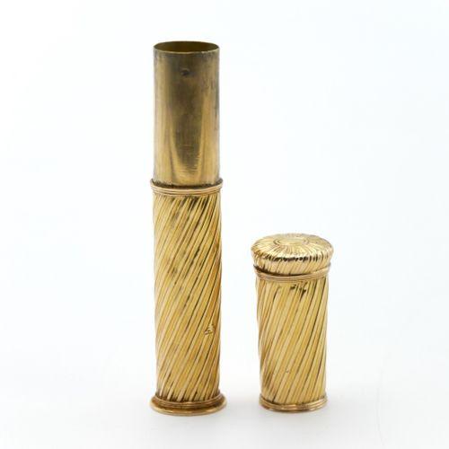 XVIIIe SIÈCLE  Étui à cire en or 750/1000e à décor torsadé. Monogramme couronné …