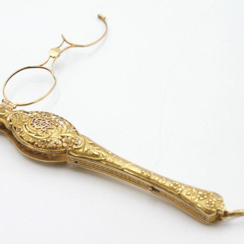 VERS 1900  Face à main en or 750/1000e ciselé et ajouré de style Rocaille à déco…
