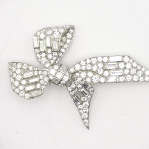 MID 20th CENTURY  White gold (750/1000th) and platinum (850/1000th) brooch in th…