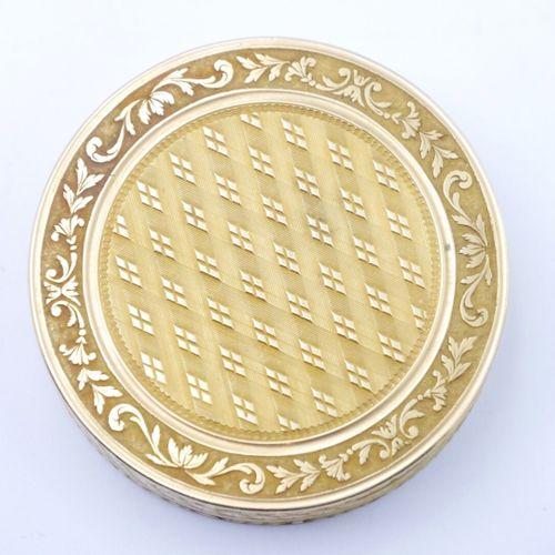 PARIS 1798 1809  Petite boîte en or 750/1000e de forme ronde à décor guilloché d…