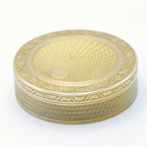 GENÈVE 1815 1881  Boîte circulaire en or 750/1000e à décor rayonnant guilloché e…