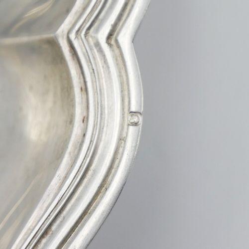 FRANCE DÉBUT DU XXe SIÈCLE  Plat creux en argent 950/1000e de style Louis XV à b…