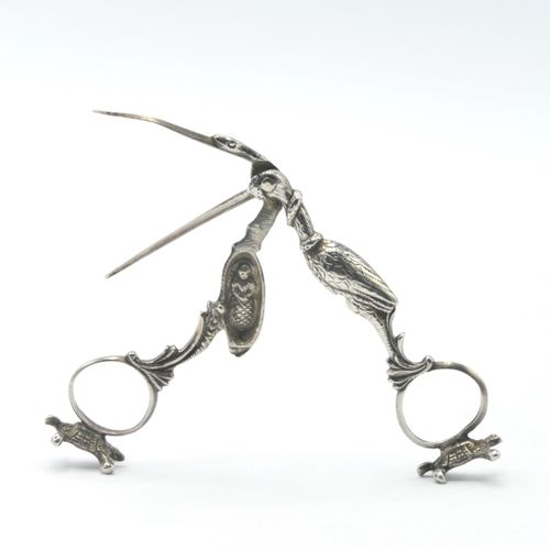 XIXe SIÈCLE  Ciseaux d'accouchée en argent 800/1000e représentant une cigogne, l…