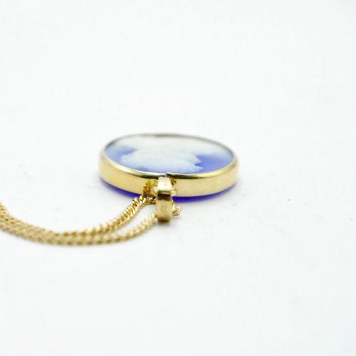 XXe SIÈCLE  Chaîne et monture de pendentif en or jaune 750/1000e, le pendentif r…