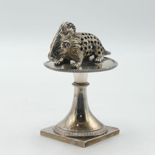 PARIS 1819 1838  Porte cure dents en argent 950/1000e figurant un porc épic, rep…