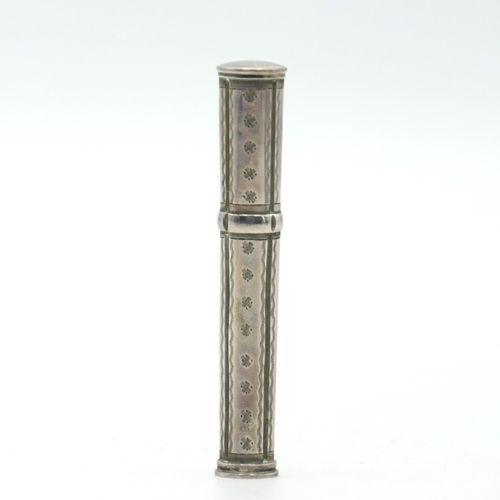 FRANCE DÉBUT DU XIXe SIÈCLE  Étui à cire en argent 800/1000e à décor gravé  Poin…