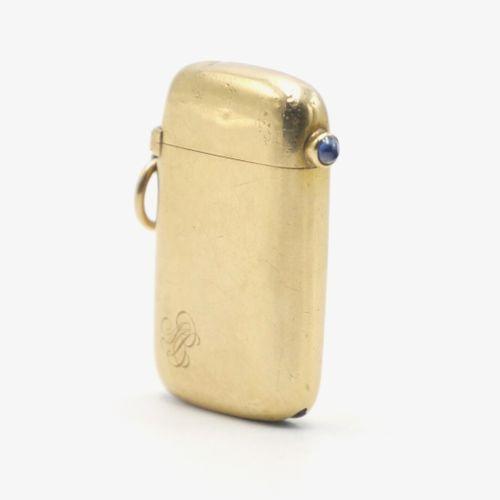 VERS 1900  Pyrogène en or 750/1000e et fermoir pression serti d'un cabochon saph…