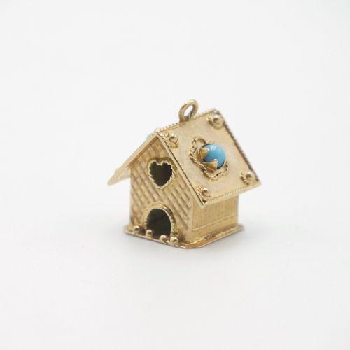 XXe SIÈCLE  Pendeloque en or 750/1000e en forme de maison, en partie guilloché, …